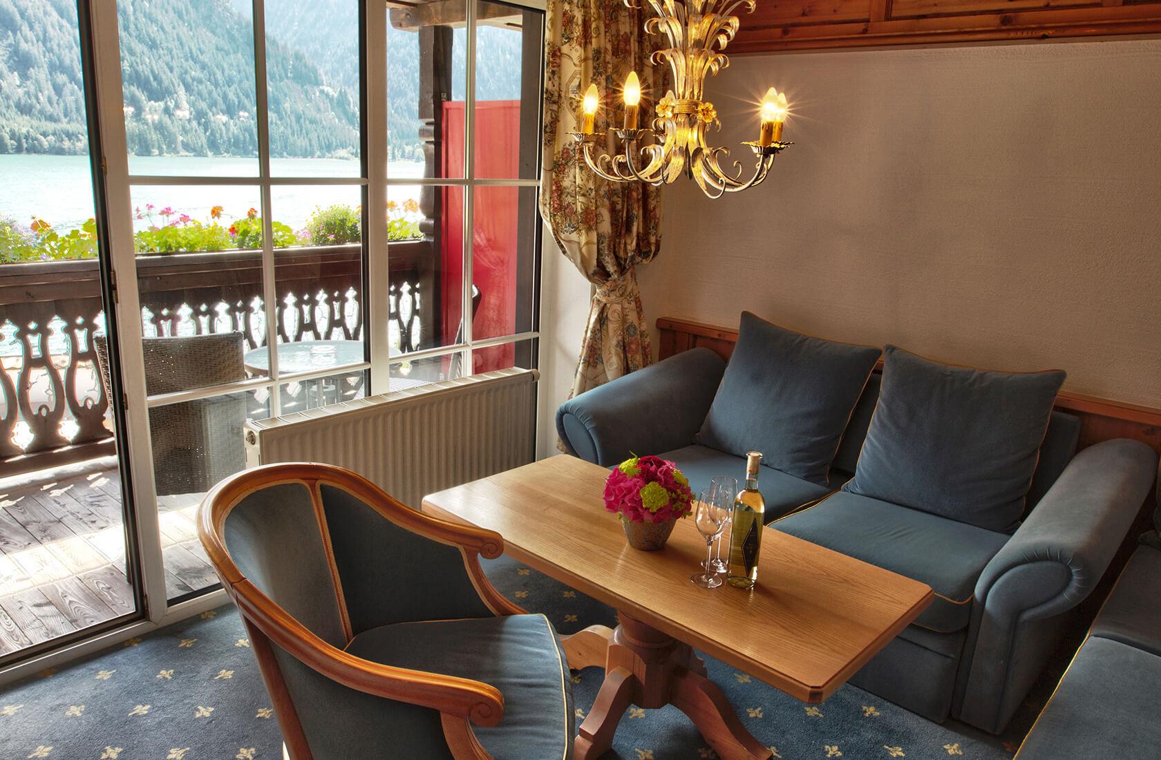 Wohnzimmer mit Wohlfühlatmosphäre - Seeblickzimmer Lago