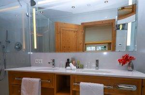 Große ebenerdige Duschen im Badezimmer - Standardzimmer Alpina