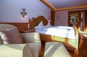 Maßgeschneiderte Möbel und hochwertige Ausstattung - Standardzimmer Alpina