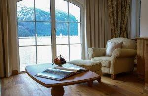 Wohnzimmer mit Berg- und Seepanorama - Suite Salina