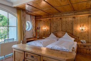 Turmzimmer mit Doppelbett